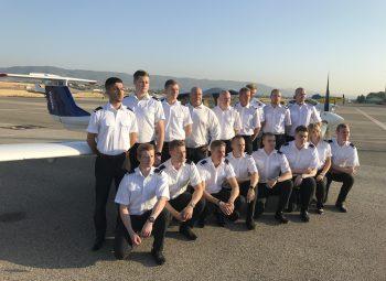 La primera promoción de la escuela de pilotos Patria formada en sus nuevas instalaciones en el Aeropuerto de Córdoba