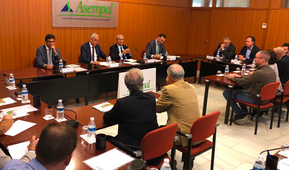 El consejero de Economía, Rogelio Velasco, se reúne en Asempal con empresarios de la provincia de Almería.