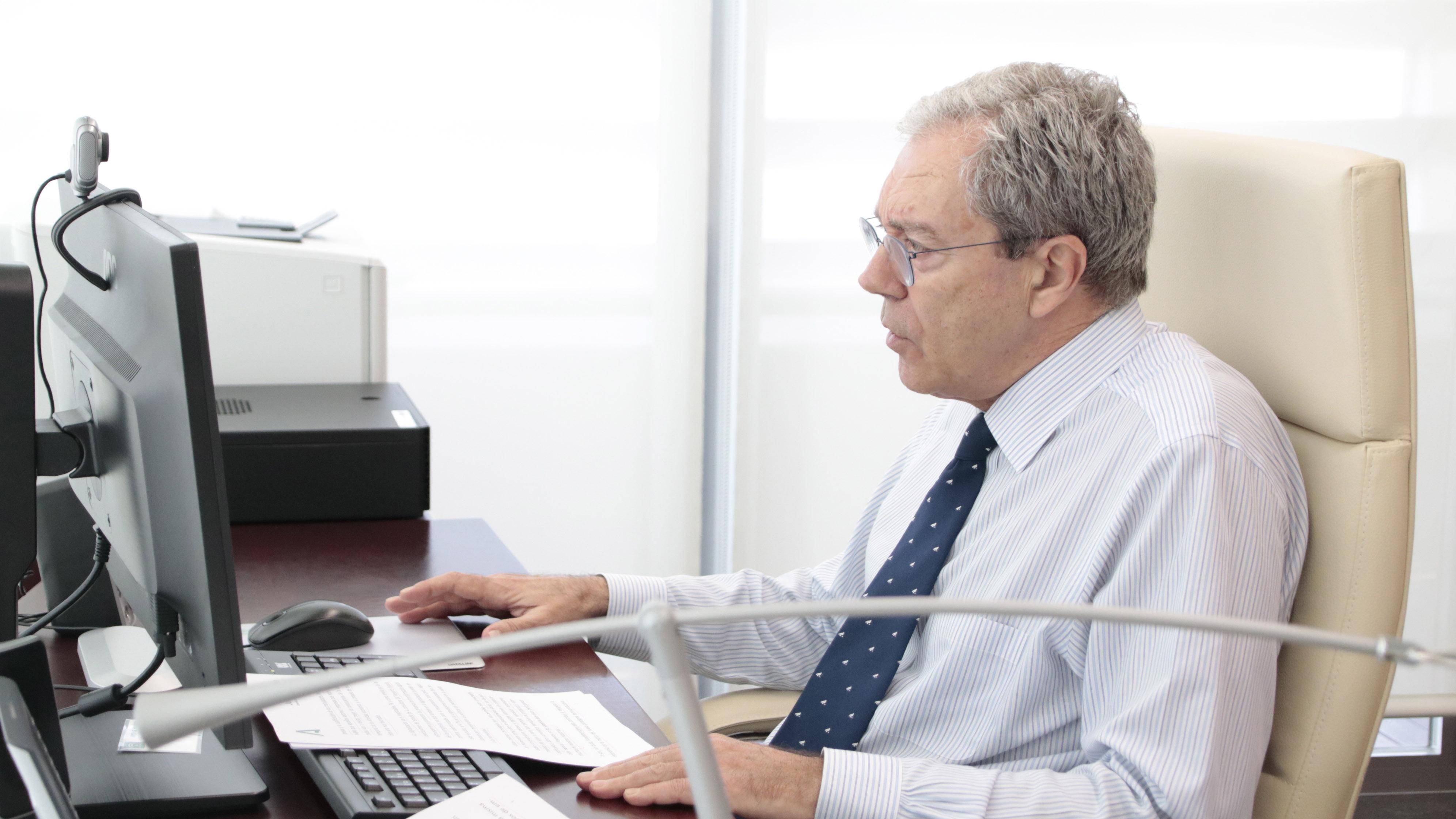El consejero Rogelio Velasco en su despacho